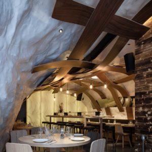 Design : un plafond en bois original pour un restaurant corse ...