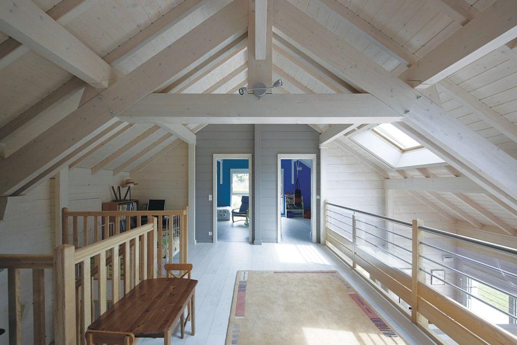 poutre toiture cool les poutres apparentes en bois pour le plafond duune maison apportent un. Black Bedroom Furniture Sets. Home Design Ideas