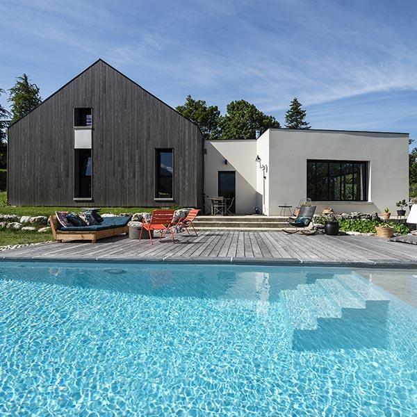 Maison cubique et sa grange contemporaine en bois - Echome
