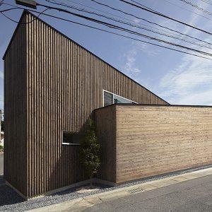 Maison bois inclinée Japon
