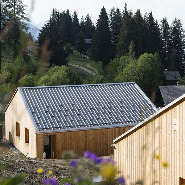 Les éco-chalets Whitepod en bois au cœur des Alpes suisses © Micha Riechsteiner